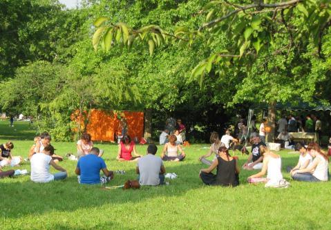 Esercizi di bioenergetica al parco Turani festival del benessere di Bergamo 2014